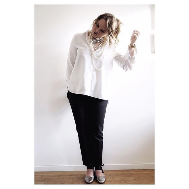 ...OVERSIZED  SHIRT... the best way to hide a booty 👍🏻😒 #bootylicous #whiteshirt #mercarriestyle #blackandwhite #cccccurly  #styleessentials
