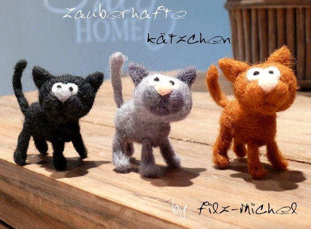 *Das süße Kätzchen freut sich schon auf euch :)*   Alle meine Produkte werden liebevoll aus Neuseelandmerinowolle von Hand *sehr fest* gefilzt.    Da ich die Figur für euch neu anfertige kann...