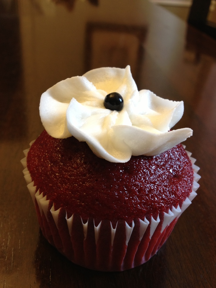 Simple white flower red velvet cupcakes. | Cakes and cupcakes by me ...