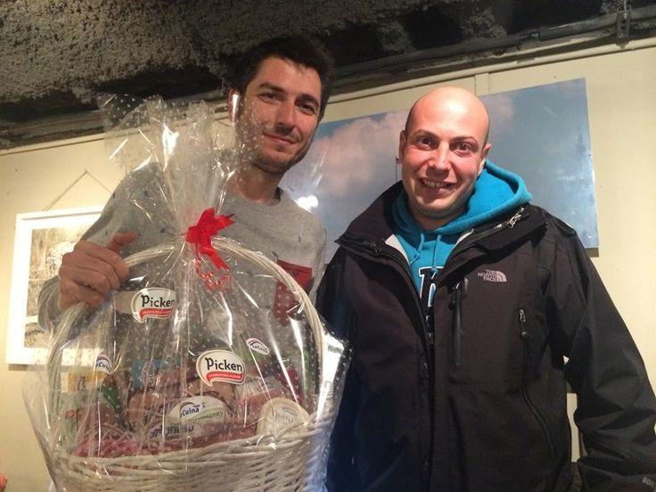 Nuestro compañero Aitor Tobes le entrega un lote de productos #Gourmet #Picken #LaCuina al periodista de TVE, Carlos del Amor.