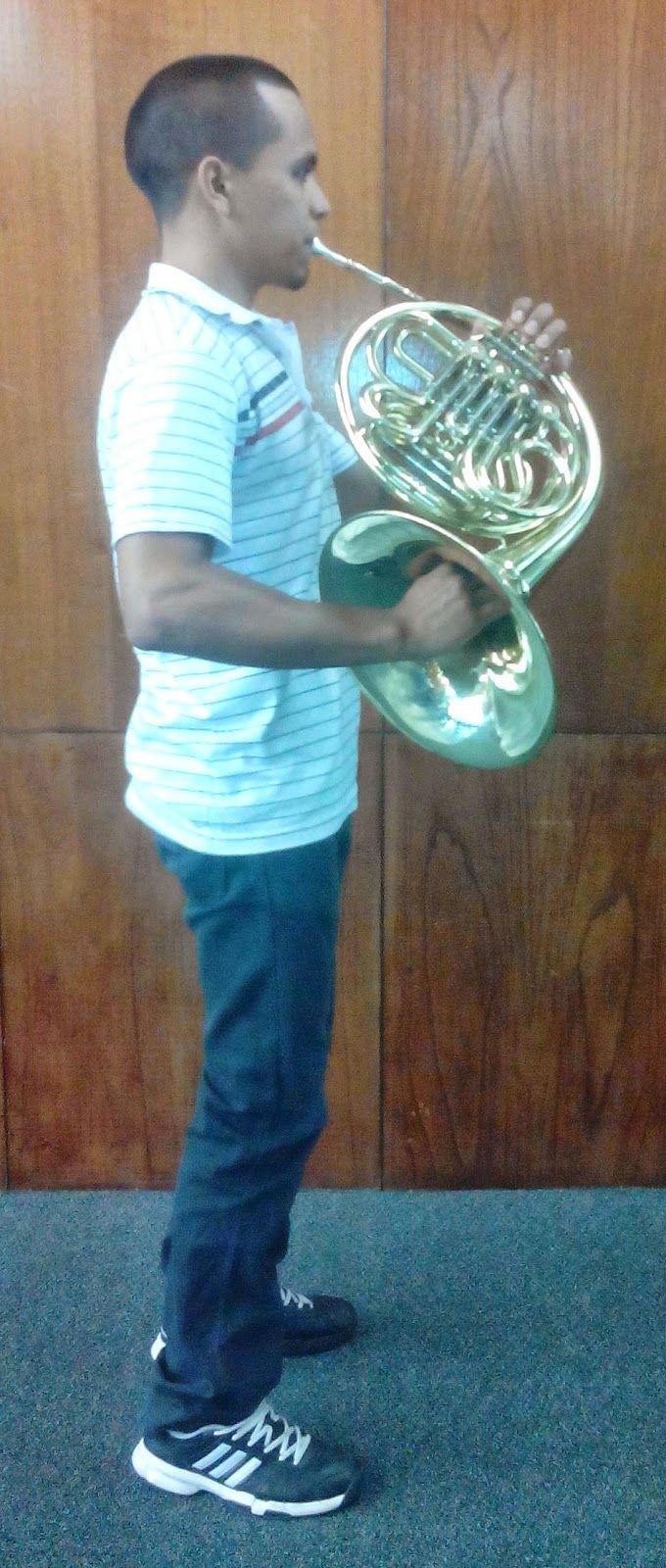 """El Corno Francés: El corno francés es un instrumento de viento metal muy versátil, el cual nos permite mediante una gran variedad de armónicos y sonidos, construir diversas formas musicales con sonidos exóticos, este instrumento se remonta siglos atrás cuando era conocido como """"cuerno de caza"""" y era utilizado principalmente para convocar ejércitos a la guerra, al igual que para las temporadas de caza."""