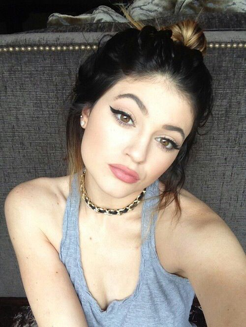Kylie Jenner Kardashian 90's Makeup, Brown Lips and Winged Liner