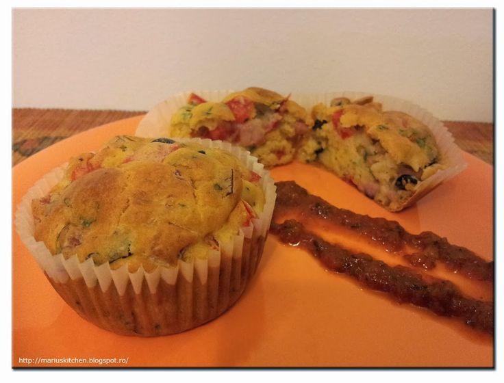 Marius' Kitchen: Cupcakes cu sunca, masline si ardei gras