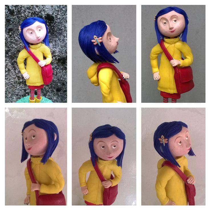 Boneca Coraline , feita a mão em biscuit, sem uso de moldes e formas, com cabelo de linha . <br>Pode ser usada como topo de bolo.