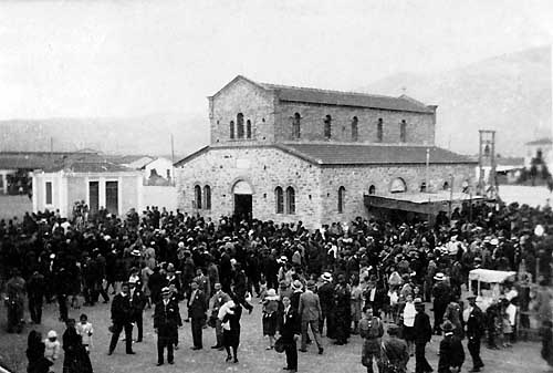 Easter at the settlement of Nea Ionia, 1927. Gathering at the Evagelistria Church.
