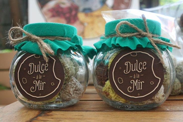 Borcanele cu mix bomboane raw vegan. Pret/ borcanel 20 lei Ingrediente bomboane simple: curmale, fulgi de cocos Ingrediente bomboane  cu menta : curmale, fulgi de cocos, menta. Ingrediente bomboane cu cacao: curmale, fulgi de cocos, pudra de cacao, pudra de roscove. Ingrediente bomboane din halva raw vegan: seminte de floarea soarelui, pasta de susan, miere, fistic.