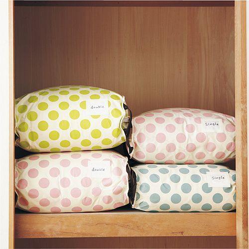Mais de 1000 ideias sobre 収納 布団 no Pinterest   Futons, 収納 袋 ... 簡単すっきり大切にしまえてコンパクト! 羽毛布団収納袋〈シングル掛け布団用