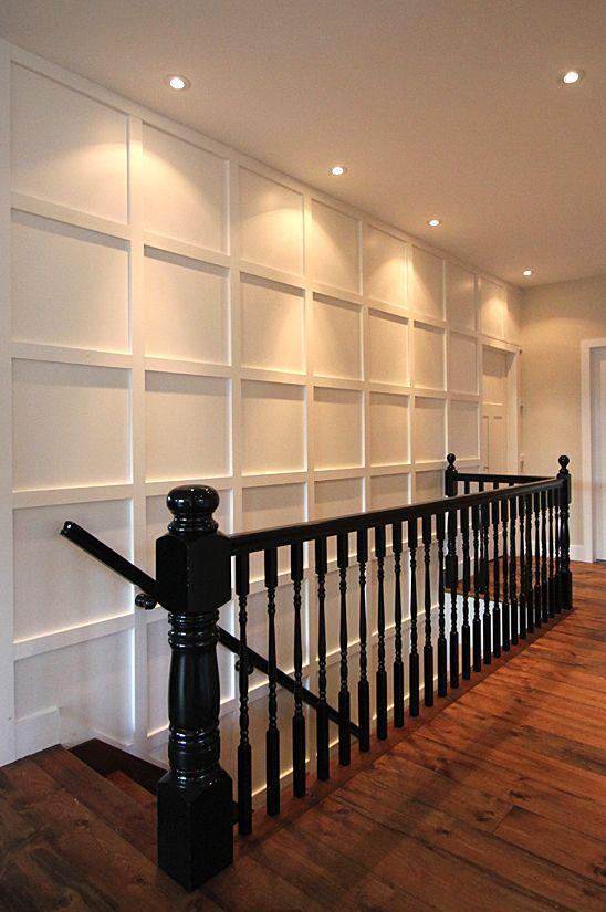cage d'escalier, garde corps, mur à relief