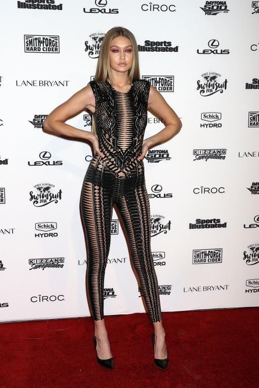 Gigi Hadid kombinierte diesen heißen Jumpsuit von Julien Macdonald mit High-Heels von Kurt Geiger.