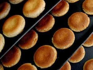 #glutenfree   Pour 30 petits macarons Ingrédients : 125g de poudre d'amandes125g de sucre en poudre2 blancs d'oeufquelques gouttes d'amande amère1 pincée de sel Pour le glaçage:25 cl de lait1 sachet de sucre vanillé ou une cuillère à soupe de sucre glacequelques gouttes d'extrait de café (facultatif) Préparation :Préchauffer le four à 180°C.Mélanger le sucre en poudre avec le sucre.Battre les deux blancs d'oeuf en neige pas trop fermes avec une pincée de sel et les incorporer... - Les…