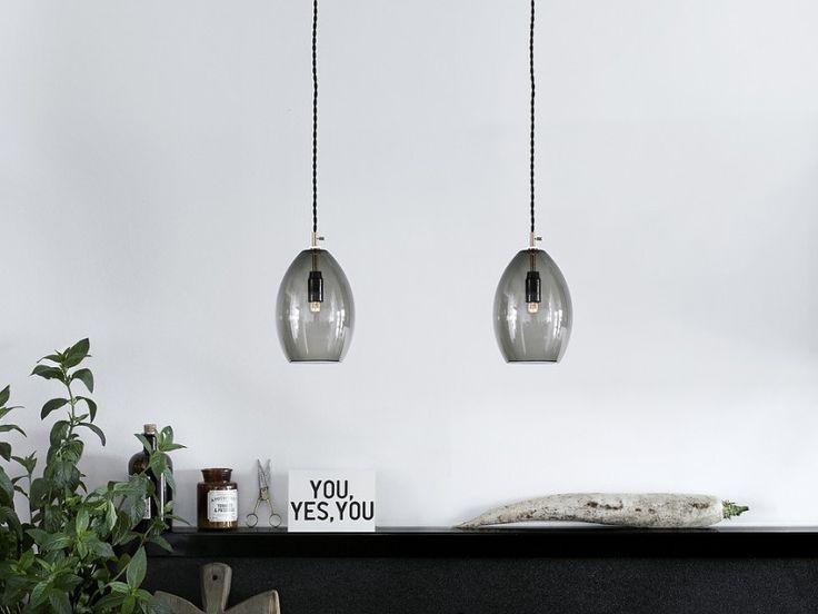 Unika to kolekcja małych lamp z dmuchanego szkła pierwotnie przeznaczonych dla restauracji Grønbech i Churchilla w Kopenhadze. Podstawa wykonana z mosiądzu; szczegół, który daje lampie czysty przemysłowy styl, dzięki czemu daje to ostry kontrast z delikatną, ręcznie robionym abażruem ze szkła. Odcień dostępny jest w dwóch rozmiarach: 135 mm i 200 mm (wysokość). Lampa zawieszana jest na czarnym skręcanym z tkanin przewodzie.