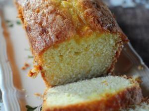 Mon cycle citron étant peut-être terminé (peut-être ... rien n'est moins sûr), une nouvelle ère commence et je me plonge avec délice dans l'orange avec ce cake déniché chez Nadia qu'elle avait d'ailleurs réalisé au citron. C'est un cake avec une tendresse incroyable, un goût juste et un glaçage extraordinaire, j'en suis fan ... merci Mr Hermé. J'ai réalisé le glaçage avec le jus des oranges, un délice ! Moi j'en ai fait 2 : 400 g de... - Le cake à l'orange de Pierre Hermé