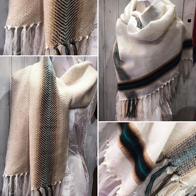 Mi son voluta dare una calmata coi colori, ma anche queste non mi dispiacciono affatto, la bianca è in lana e mohair, la beige lana e alpaca 😄  #sciarpa #scarf #handwoven  #tessutoamano #white #beige #classic
