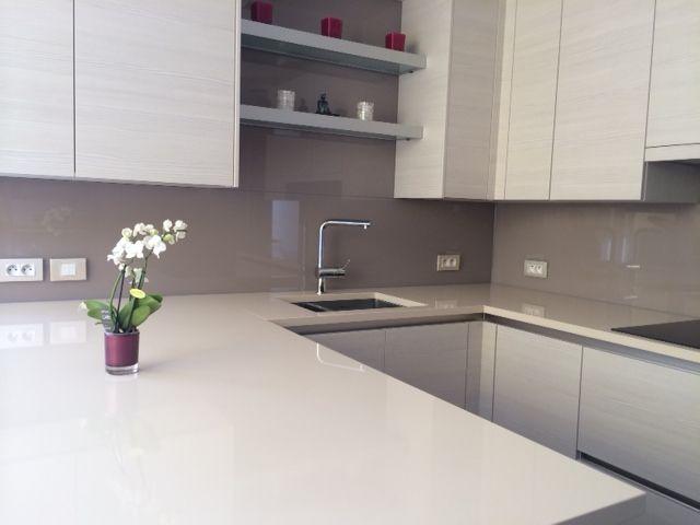 Heel stijlvol, deze lichte keuken met een grijze keuken achterwand.