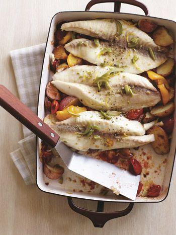 Tilápia assada com legumes e azeitonas