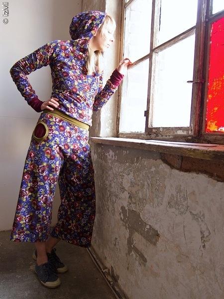 bequeme weit ausgestellte Hose in lila (grundton) mit farbigem Blumendruck in weinrot, grün, weiß, mit runden eingrifftasschen und extra-hohem elas...