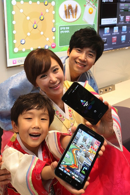 Samsung Electronics is introducing a series of smart TV and smartphone apps for Korean customers to enjoy their lunar new year's holidays in smarter ways. With online shopping apps like HMall, users can buy presents from on-line shops. With smart TV