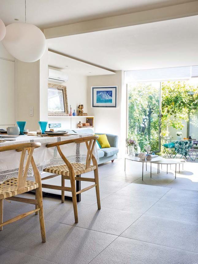 Однородный серый керамический пол подчеркивает преемственность напольного покрытия в столовой, гостиной и на террасе.  (архитектура,дизайн,экстерьер,интерьер,дизайн интерьера,мебель,минимализм,гостиная,дизайн гостиной,интерьер гостиной,мебель для гостиной,столовая,дизайн столовой,интерьер столовой,мебель для столовой,современный) .