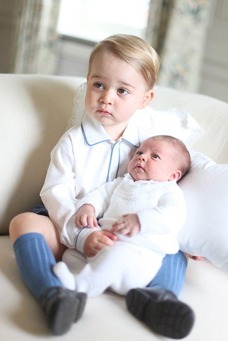 Príncipe George com Princesa Charlotte no colo ( Foto: Duquesa de Cambridge )