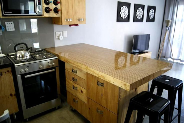 40 on Trotter Unit 6 - MODERN 2 BEDROOM APARTMENT TO RENT IN SECURE COMPLEX. Very exclusive self catering apartment, sleeps 4, situated in walking distance from Knysna Waterfront and Town. Very well equiped with new, modern furniture, appliances, TV, fresh linen, Wifi and friendly service.