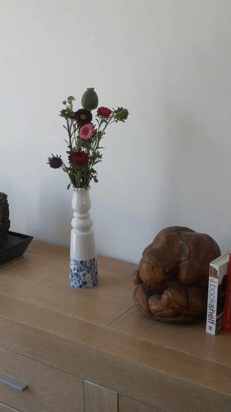Er waren nog bloemen over. Ik hoop blijf dit een gave vaas. De vaas heb ik van mijn chef gekregen. Het was een relatiegeschenk. Zijn vrouw vond de vaas afschuwelijk. Mijn man deelt deze gedachte.