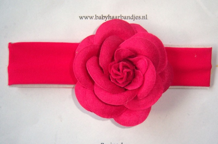 Fuchsia babyhaarband met vilten roos.