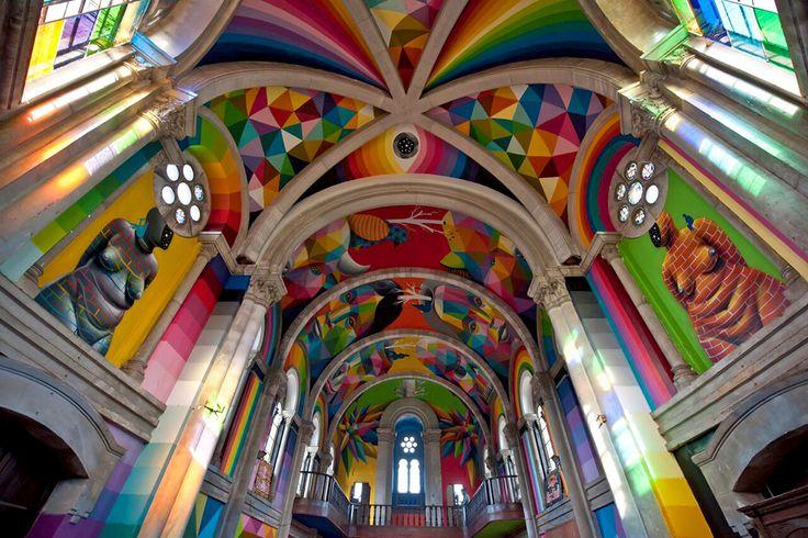 La voûte colorée de l'église transformée en skatepark