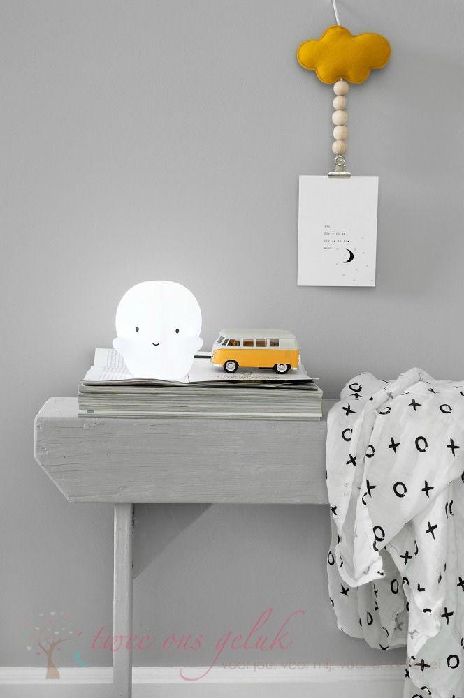 Zwart / witte accessoires in combinatie met okergeel voor in een babykamer of de kinderkamer. Het spooklampje, de volkswagenbus, de zwart witte swaddle en de okergele kaarthanger vind je allemaal bij Twee Ons Geluk.
