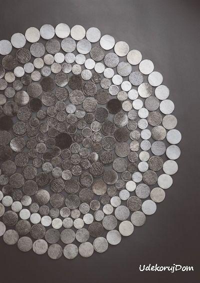 Dywan skórzany o ażurowym wzorze, który przypomina mandalę. Zróżnicowanie tonalne odcienie szarości wzmagają efekt.