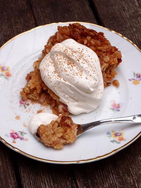 En söt, kryddig äppelpaj med knäckigt havretäcke är vad bloggen bjuderpå idag. Det blev nästan grädde med paj ser jag nu…men kanske ser ni trots det hur knäckig pajen är på ytan. Kan intyga …
