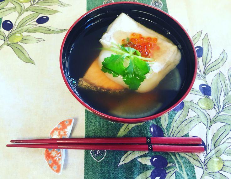 2016年お雑煮 #ozouni #2016  【具材】にんじん&大根適量、鮭0.5枚、餅1つ、いくら適量、三つ葉(茎3〜4㎝&葉っぱ)、ゆず破片適量   【作り方】 ①出汁を取る 沸騰させた人数分+αのお湯にかつおだしをいれる  (大さじ2杯)。グラグラして3〜4分後、目の細かいザルでこし、鍋に戻す。 味付けは、 塩ひとつまみ(小さじ半分位)、醤油大さじ1、みりん少量 ②具材セット にんじんは半月板、大根は四分の1カットして茹で、お椀の下に適量しく。 焼いた鮭、ゆず、お餅、三つ葉、いくらの順で乗せる ③脇から温めただし汁を注ぐ
