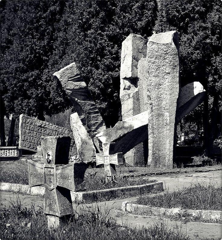 """Lublin (Polska) Rzymskokatolicki cmentarz przy ulicy Unickiej w Lublinie - pomnik ofiar II W.Ś. / Lublin (Poland) The Roman Catholic """"Unicka"""" Street Cemetery in Lublin - WWII memorial"""