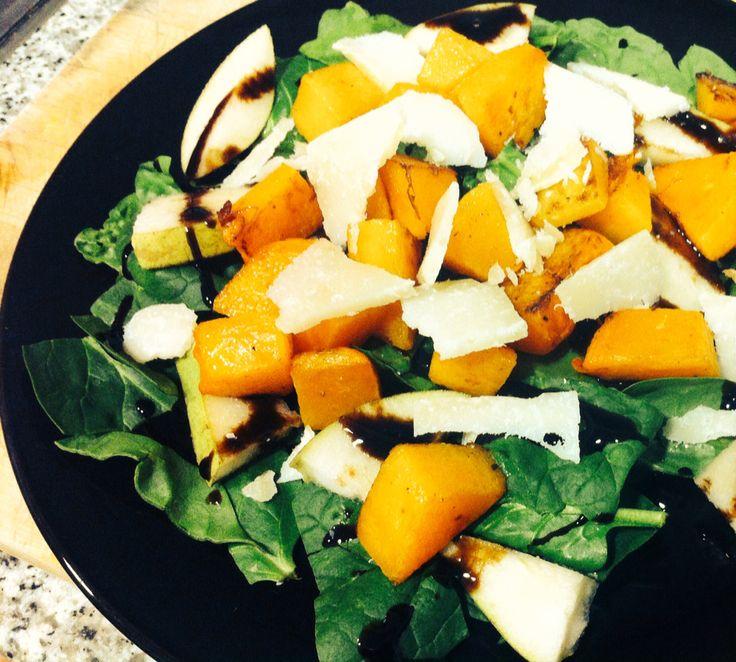 Ensalada de invierno: espinacas crudas con reducción de vinagre balsámico, peras, calabaza frita en aceite de oliva y pimienta con parmesano