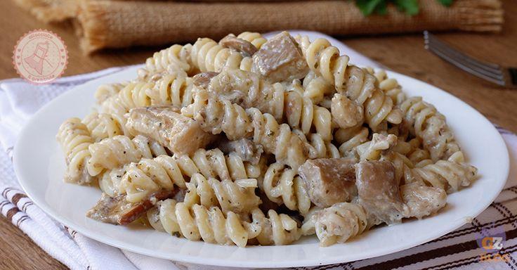 La pasta ai funghi cremosa senza panna un primo piatto gustoso, facile da preparare e cremosissimo ma senza panna quindi più leggera.