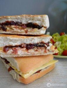 Panini de pavo, queso manchego y arándanos www.pizcadesabor.com