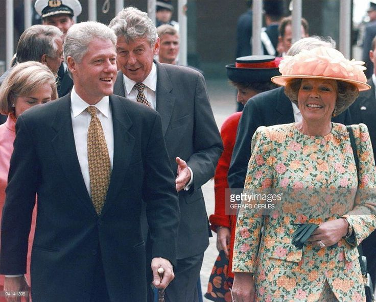 US President Bill Clinton and Queen Beatrix of The Netherlands arrive 28 May in The Hague for the 50th anniversary of the Marshall Plan. In his address to European leaders, Clinton called for the European Union 'swiftly' to accept as members the former communist countries of eastern and central Europe. (IMAGE ELECTRONIQUE).