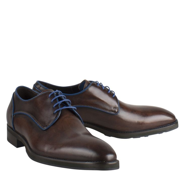 Giorgio HE47998-12383/16 bruin leer geklede schoen  Exclusieve herenschoenen model HE47998 van het merk Giorgio. Deze lederen herenschoenen zijn in Italië met de hand gemaakt en met veel zorg en stijl vervaardigd. Het bruine leder van deze nette herenschoenen is afgezet met een blauwe bies. Door het design zijn deze luxe herenschoenen zowel chic als casual te dragen. Deze stijlvolle herenschoenen sluiten met een rijgsluiting en de zool is gemaakt van rubber voor meer draagcomfort. Deze nette…