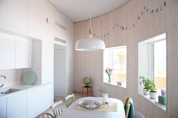 LA SALA DA PRANZO disegnata per combinare la luce naturale, proveniente dalle finestre quadrate, e integrare lampade LED a risparmio energetico. Al centro della stanza sospensione Acorn di Northern Lighting, design Atle Tveit, 2012