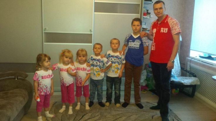 После смерти жены 30-летний житель Омской области отказался отбизнеса иводиночку растил шестерых детей. Недавно онженился ивзял под опеку еще двоих детей
