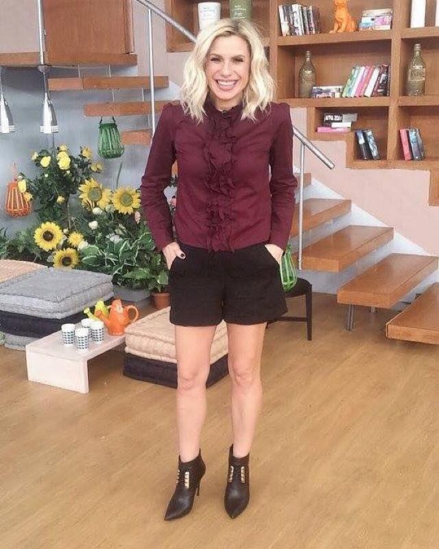 ΚΑΤΕΡΙΝΑ ΚΑΡΑΒΑΤΟΥ Katerina Karavatou in Mourtzi shoes www.mourtzi.com #katerinakaravatou #stakalakathoumena #booties #ankleboots #blackgold #shoestolove
