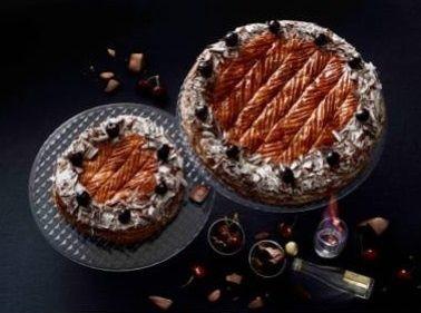 Galette Forêt noire (Saint Clair Le Traiteur - Lionel Lallement) : feuilletage fourré de crème d'amande, de chocolat noir (Domori) intense et de cerises Amarena.  6/8 personnes à 45 euros - 10/12 personnes à 57 euros