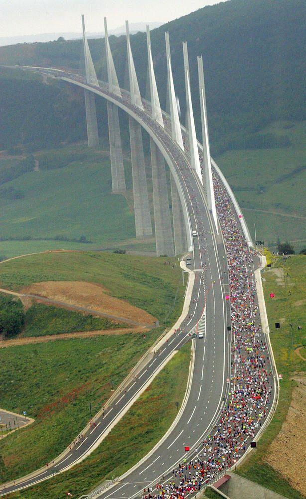 Millau Viaduct: France mooi en dan even uitstappen aan de voet van de brug om van het uitzicht te genieten