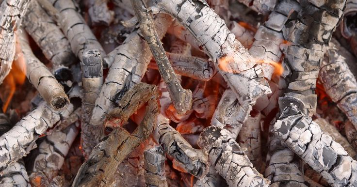 O que dissolve carvão?. Quando a madeira é carbonizada, fica preta conforme a água é expelida, deixando carvão ou carbono. É produzida através de pirólise lenta. Carvões ativos são produzidos pela carbonização de vários substratos de carbono, como madeira, carvão mineral ou polímeros, que são submetidos a um tratamento de ativação que concede a eles alta porosidade e ...