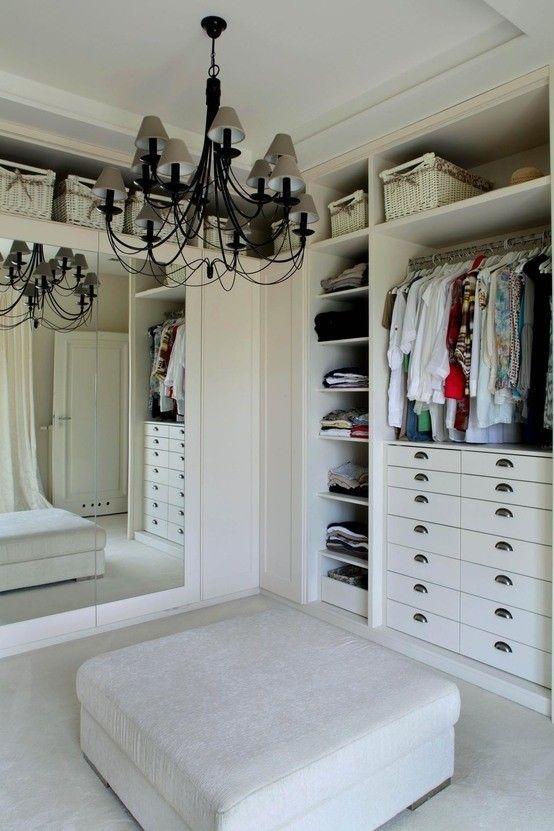 Garderoba w bieli. Zobacz więcej na: https://www.homify.pl/katalogi-inspiracji/28643/homify-360-klasyczna-willa-pod-wroclawiem