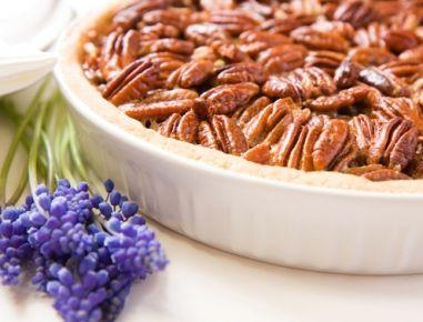 Die Pekannuss Pie ist ein tolles Kuchenrezept für jeden Anlass. Butter, Mehl, Ei und Salz zu einem glatten Teig zusammenkneten. 15 Minuten im
