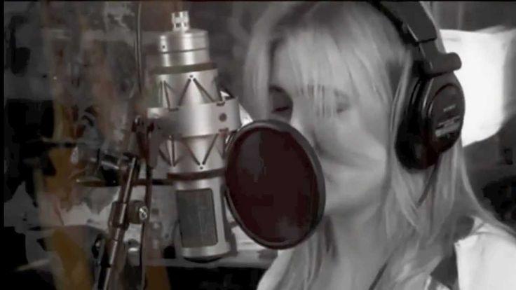 Dutch singer Anouk covers Rihanna's song Man down