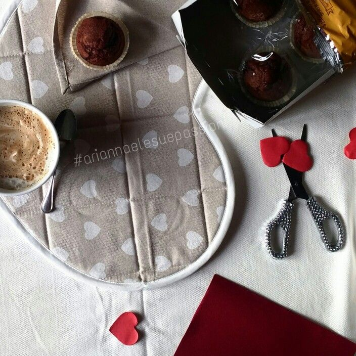 Muffin al cioccolato e cappuccino di soia