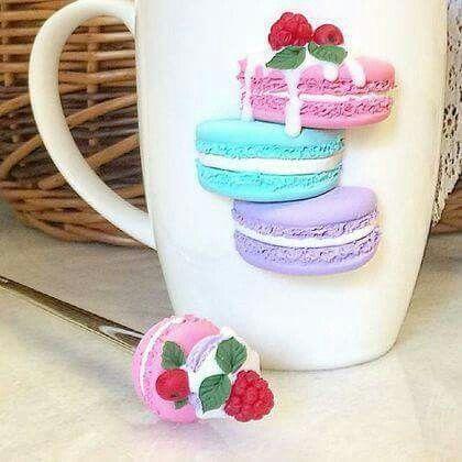 Hrníček na kávu * bílý porcelán, s barevnými makronkami z polymeru.