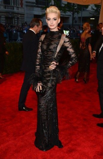 Anne Hathaway met nieuw blond haar in een jurk van Valentino Couture tijdens het MET-gala.