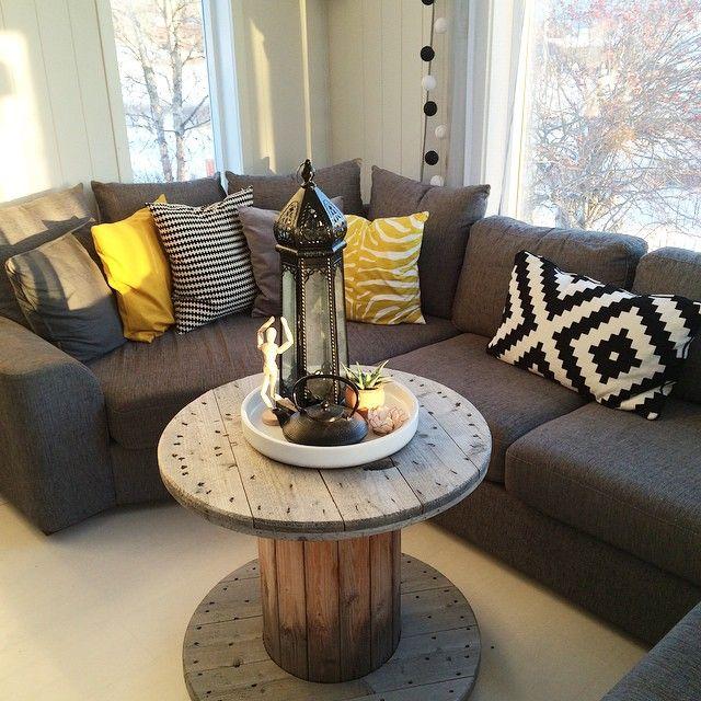 Hmm... Er så usikker på hvilket bord jeg skal ha her i sofakroken?! Hva synes dere? ✨ #kabeltrommelbord #usikker #diy #home #interior4all #interiorinspo